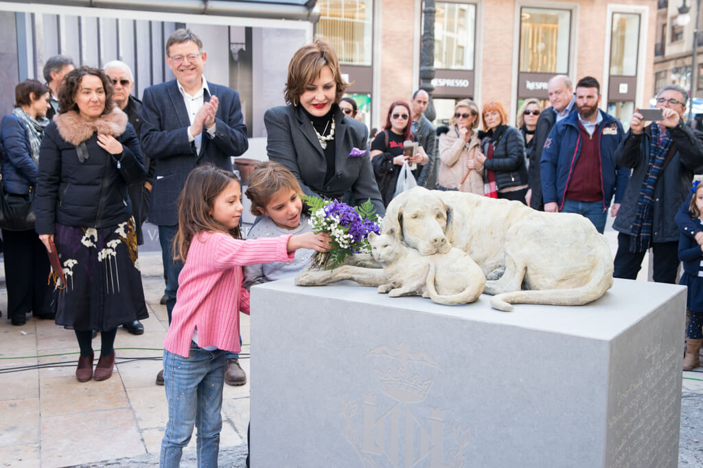 Недавно на площади де лос Пинасо в Валенсии (Plaza de los Pinazo) был установлен памятник бродячим животным работы испанского скульптора Елены Негеролес