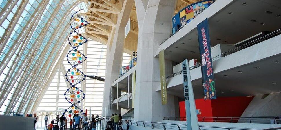 Здание имеет форму большой палубы в Валенсии, туризм в Валенсии, отдых в Валенсии, кинотеатр в Валенсии